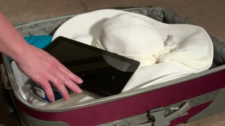 bagagem : Packing luggage for summer vacations Vídeos