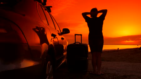 bagagem : Summer beach vacation destination, woman with suitcase near his car enjoying sunset
