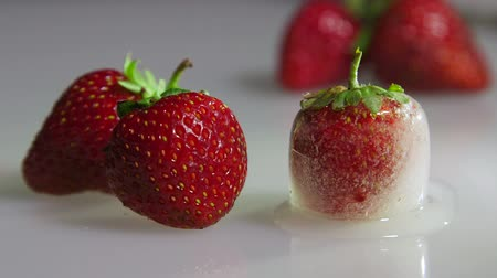 etli : Fresh and frozen strawberry closeup time-lapse