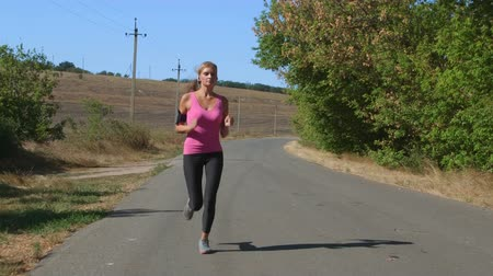 equipamentos esportivos : Fitness running woman jogging during outdoor workout along country road