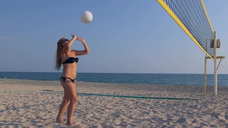 röplabda : Young girl spends summer vacation on the beach playing volleyball with friends