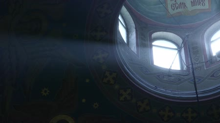 raios de sol : Sunbeam through a window in the ceiling of orthodox church Stock Footage