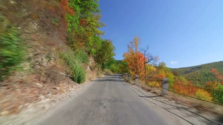 viagem por estrada : Road trip through autumn forest in the Crimean mountains