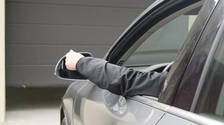 garagem : Female driver in car holding remote control to open automatic garage door