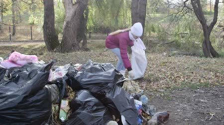 lixo : Clean up garbage in public park after holiday weekend