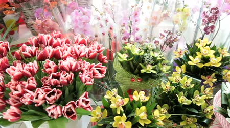 floral composition : Fresh cut flowers bouquets in flower shop Stock Footage
