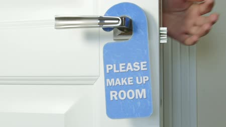 rukojeť : Blue hanger please make up room on the door handle of hotel room Dostupné videozáznamy