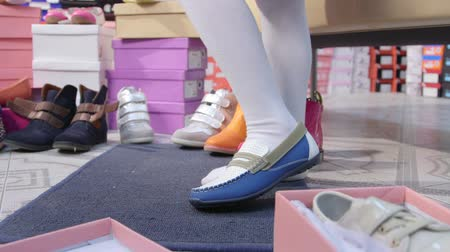 ayakkabı : Child trying on new leather loafers for girls in children shoe store Stok Video