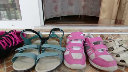 felpudo : family shoes at the entrance to hotel room at the beach seaside resort dolly shot Vídeos