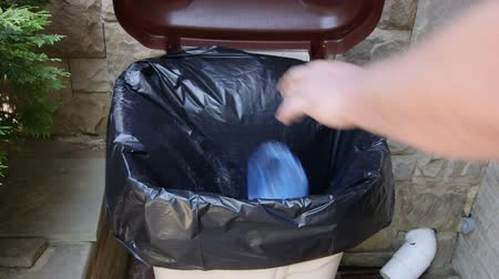 сбор : Hand putting plastic garbage bag into waste bin container