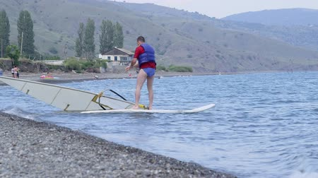 novato : Windsurfing beginner taking the first steps in learning