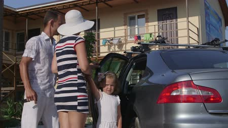 аренда : Family traveling by car on summer vacation arrives at cheap small hotel