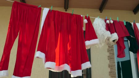 varal : Santa Clause costume hanging on clothesline in the back yard Vídeos