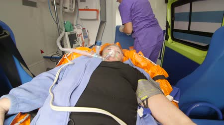 oksijen : Paramedic provide emergency medical care to critical patient in ambulance preparing an iv drip intravenous infusion