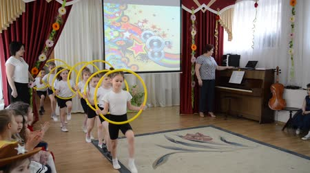 gösteren : KALININGRAD, RUSSIA - APRIL 05, 2018: Exit to a demonstration sports performance. A morning performance in kindergarten