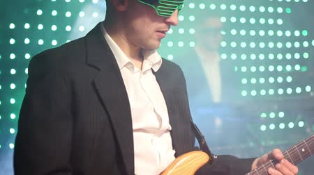 banquinho : A guitarist plays an electric guitar at a club Vídeos