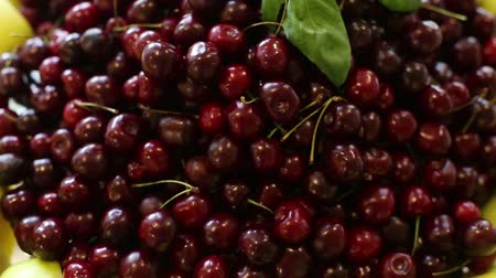 вишня : Fresh cherries on a plate close up