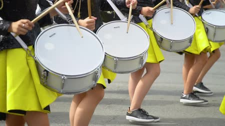 симфония : Ternopil, Ukraine June 27, 2019: Close-up of female hands drummers are knocking in the drum of their sticks Стоковые видеозаписи