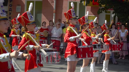 симфония : Ternopil, Ukraine June 27, 2019: Street performance on the occasion of the holiday. Young drummers line up and beat the melody