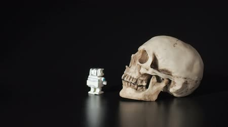 windup : Little robot suited to the human skull.
