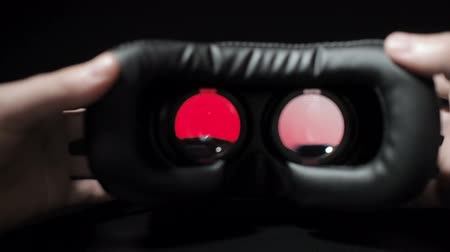 fejhallgató : Man inserts a smartphone in the form of a virtual reality and to the eyes. Gambling addiction. Stock mozgókép
