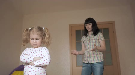 desobediente : Angry Mother scolds daughter. Raising a rebellious child. A small child ignores the mother. Vídeos