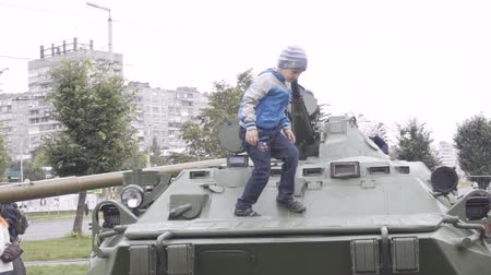 silahlar : Children playing military equipment. Events to commemorate the anniversary of the Victory in World War II. Kaliningrad - MAY 2017 Russian