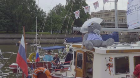 dia : Big teddy bear sits under an umbrella on a sailing yacht. Kaliningrad - July 2017 Russian. Stock Footage