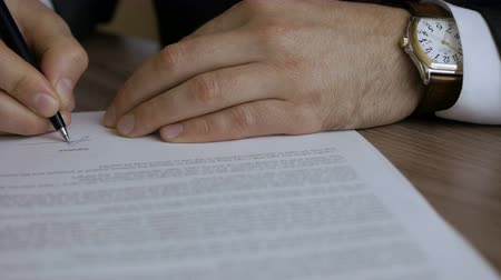 anlaşma : The man corrects and fills the document. Businessman signing a business contract, close up.