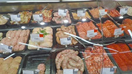 фарш : Selling a piece of meat in the store. Selection of different cuts from fresh meat raw red in a supermarket.