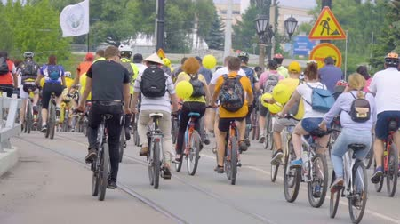 bisikletçi : Many cyclists ride on the streets of city and park. Bike ride to the city day. Kaliningrad - May 2018 Russian Stok Video
