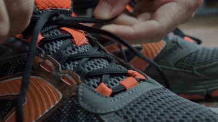 cadarço : Closeup tying shoelaces on sneakers. Athlete tied up shoelaces, running shoes. Close up. Slow motion. Vídeos