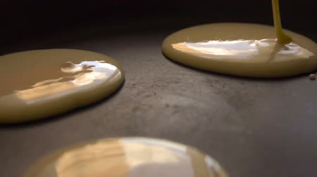 креп : Cooking pancakes on special pan in the kitchen at home. Slow motion. Closeup.