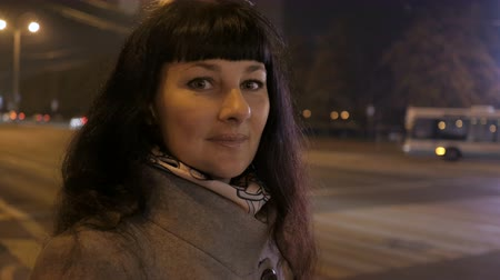 seduzir : Portrait of a Beautiful Young Woman at Night in the City. Girl Pretty woman smiling at camera.
