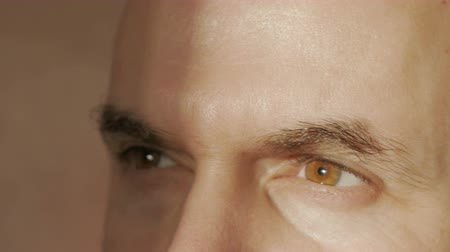 heyecan verici : A man looks at the light. Close-up. The eyes of man. Stok Video