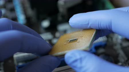 полупроводник : CPU in hands of a technician. The processor is being examined for apparent defects. In Modern Electronic Manufacturing Design Engineer Holds Microchip. Close-up a New Generation Microchip.