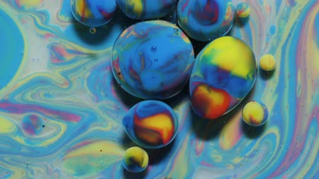 kwantum : Colorful Bubbles In Beautiful Universe Multicolor. Space Universe, Fantastic Hypnotic Surface. Abstract Pattern Chemical Reaction Texture Liquid Paint Motion Bubble In Water Color White And Blue. Stockvideo