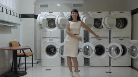 lavanderia : Woman Dancing Viral Dance And Have Fun In the Laundry Room. Happy Business Woman Enjoying Dance, Having Fun Together, Party. Joyful Female in Formal Dress Dancing Cheerful In Laundry Room. Stock Footage