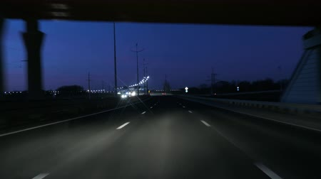 referência : Driving Car POV On Freeway In Of Night In With Little Traffic After Sunset. Evening Sunset Street Lights. Night, Camera In Front, Windshield Reference. Driving Car On Highway At Dark 4K POV.