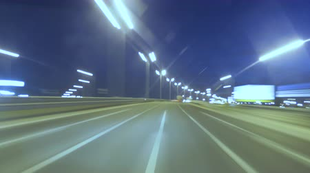 riferimento : Time Lapse Driving Car On Highway At Dark POV. Hyper Laps Evening Sunset Street Lights. Night, Camera In Front, Windshield Reference. Hyperlapse in Evening City.