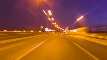 referência : Time Lapse Driving Car On Highway At Dark POV. Hyper Laps Evening Sunset Street Lights. Night, Camera In Front, Windshield Reference. Hyperlapse in Evening City.