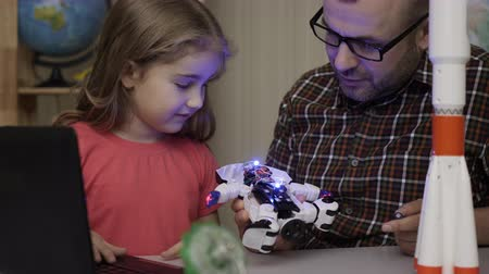 construtor : Girl Schoolgirl And Teacher Assembling Robots in Modern Classroom. Dad and Daughter Assemble Robot at Home. Education Science, Technology Children, Programming Electronic Robotics School Lesson. Stock Footage