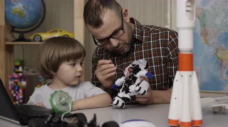 construtor : Child Boy And Teacher, Assembling Robots in Modern Classroom. Dad with Little Son Assemble Robot at Home. Education Science, Technology Children, Programming Electronic Robotics School Lesson.