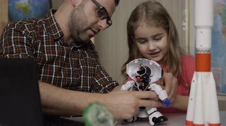 monteren : Girl Schoolgirl And Teacher Assembling Robots in Modern Classroom. Dad and Daughter Assemble Robot at Home. Education Science, Technology Children, Programming Electronic Robotics School Lesson. Stockvideo