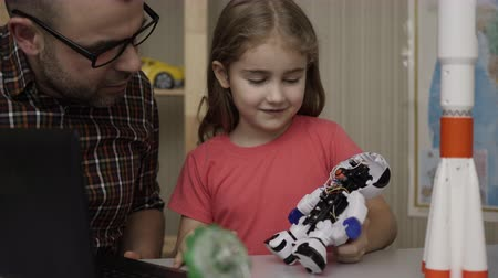 construtor : Girl Schoolgirl And Teacher Assembling Robots in Modern Classroom. Dad and Daughter Assemble Robot at Home. Education Science, Technology Children, Programming Electronic Robotics School Lesson. Vídeos