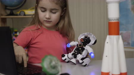 monteren : Hobby Future. Genius Schoolgirl Assembling Robots in Modern Classroom. Little Girl Assemble Robot at Home. Education Science, Technology Children, Programming Electronic Robotics School Lesson.