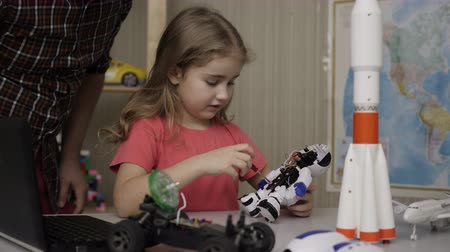 construtor : Hobby Future. Genius Schoolgirl Assembling Robots in Modern Classroom. Little Girl Assemble Robot at Home. Education Science, Technology Children, Programming Electronic Robotics School Lesson.