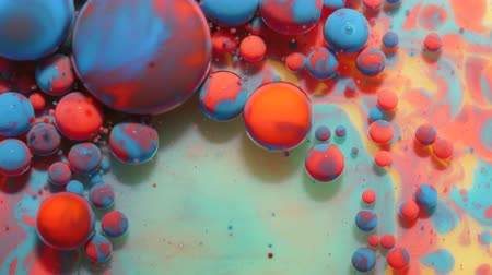 Slow Motion Bright Neon Color Bubbles Oil Beautiful Fluorescent Paint Sparkling Color Moving Multicolor Close up. Acryl neon verf. Fantastisch oppervlak. Abstracte kleurrijke transformatie gravitatie. Stockvideo