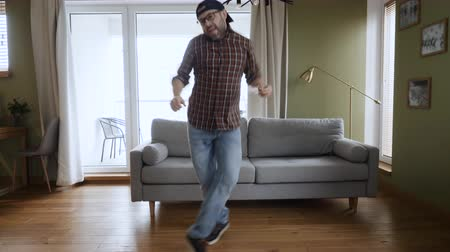 inspiradora : Happy Young Man Dancing at Home Living Room, Fun Celebrating Funny Viral Dance Freedom Weekend. Guy Enjoying Dance, Having Fun Party. Joyful Man Dancing Cheerful In Living Room. Slow Motion.