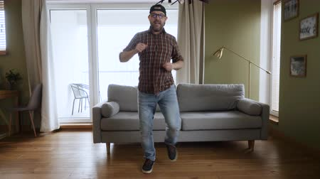 hevesli : Happy Young Man Dancing at Home Living Room, Fun Celebrating Funny Viral Dance Freedom Weekend. Guy Enjoying Dance, Having Fun Party. Joyful Man Dancing Cheerful In Living Room. Slow Motion.